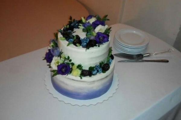 Свадебный торт гости назвали весьма милым