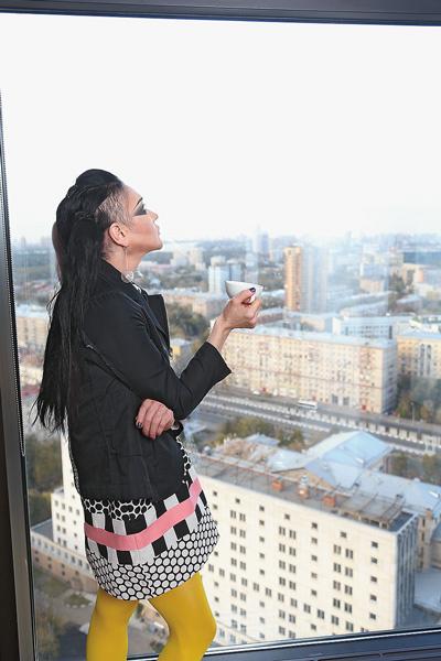 Линда начинает утро в новых апартаментах с чашки кофе с видом на Москву