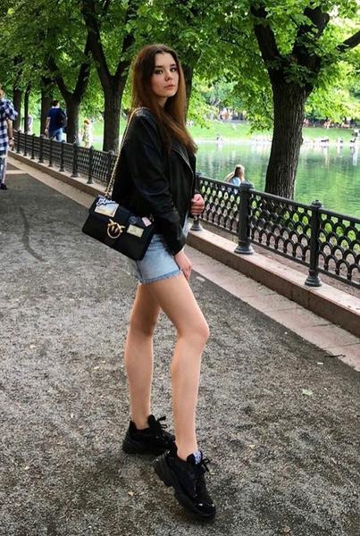 Младшая дочь Маши Распутиной похвасталась стройными ногами
