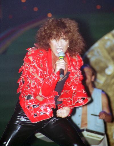 В 90-х Леонтьев блистал в алой лаковой куртке