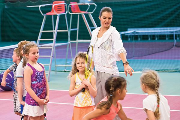 По словам тренера, малышам позволительно капризничать, а вот с детьми старше она старается быть строже