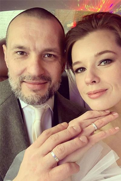 Супруги выбрали кольца из белого золота