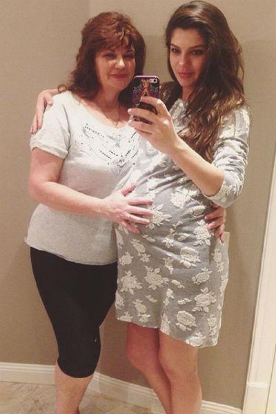 Поддерживает Ирину перед родами ее мама