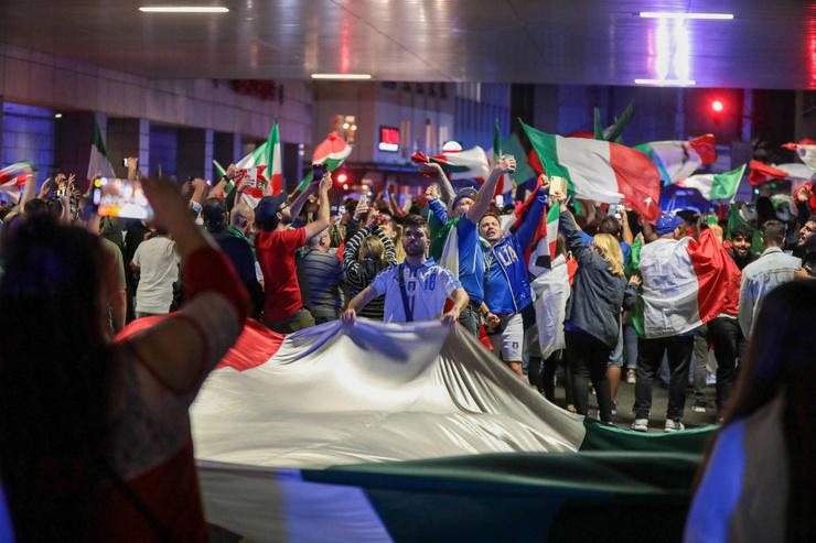 Болельщики праздновали победу и в Лондоне, где проходил финал