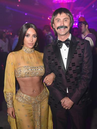 Ким Кардашьян с другом Джонатаном Чебаном на вечеринке в честь Хэллоуина