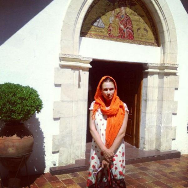 Эвелина Бледанс перед входом в монастырь Троодитисса