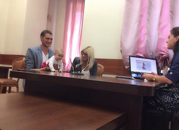 Элина, Александр и их дочь Сашенька в Кутузовском загсе