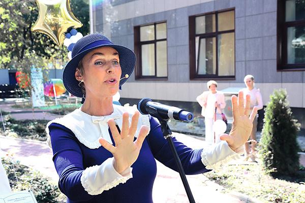 Мэри Поппинс лично встречала всех на открытии учебного заведения