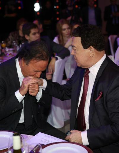 Иглесиас вдруг поцеловал руку российской звезде
