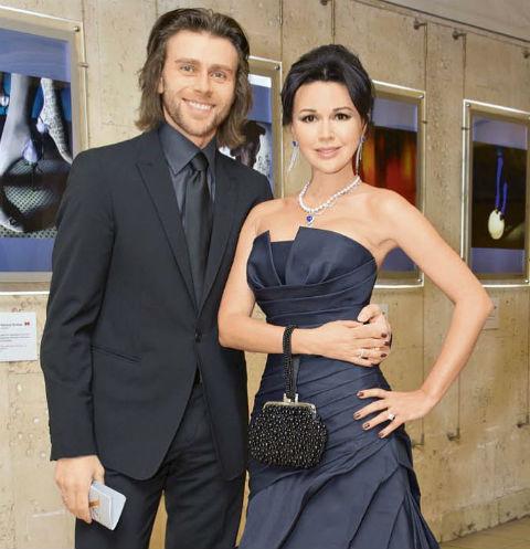 Роман между Анастасией и Петром завязался на съемках проекта «Танцы на льду» в 2007 году. Актриса вела шоу, а фигурист катался в паре с Юлией Ковальчук