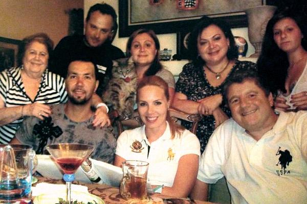 В 2009 году Денис познакомился с американской родней. На фото: Галина Клявер – третья в верхнем ряду, Денис – слева от него Элла Клявер, справа жена Ирина