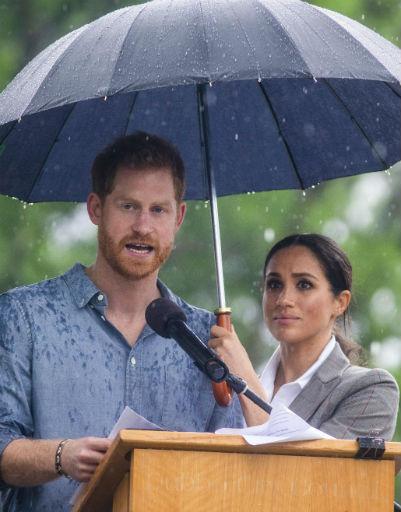 Хотя иногда и Меган может позаботиться о муже, подержав над Гарри зонтик, пока он читает пламенную речь