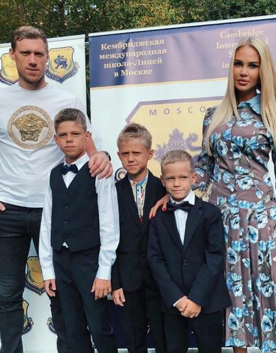Мария Погребняк с мужем и сыновьями