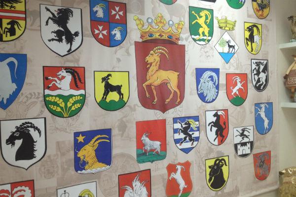 Одну из стен украшают гербы с изображением козлов