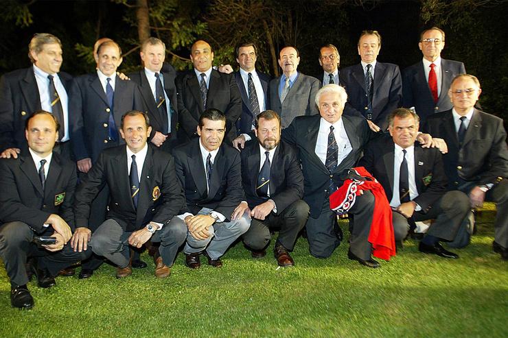После пресс-конференции в Сантьяго 13 октября 2012 группа выживших в Андах уругвайских регбистов позировала для журналистов