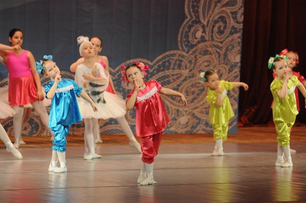Пятилетняя  Полина (в красном) репетировала танец два месяца