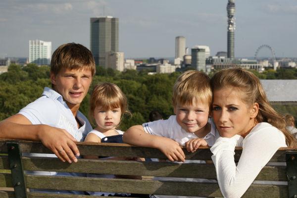 Андрей Аршавин и Юлия Барановская с детьми