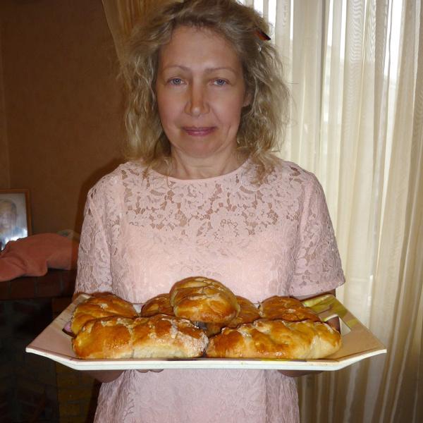 Лариса Кусакина с пирожками собственного приготовления