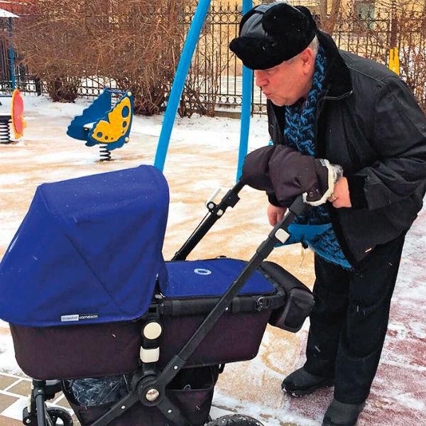 «На прогулки с внуком баррикадируюсь, чтобы не узнавали: закутываюсь в шарф, шапку на глаза натягиваю», – рассказывает Винокур