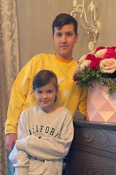 Алексей Казьмин-младший утверждал, что многие подарки Аршавина маме — фейк. Так, часы от футболиста оказались подделкой, а чтобы купить журналистке «Мерседес», Андрей сначала продал ее предыдущую иномарку