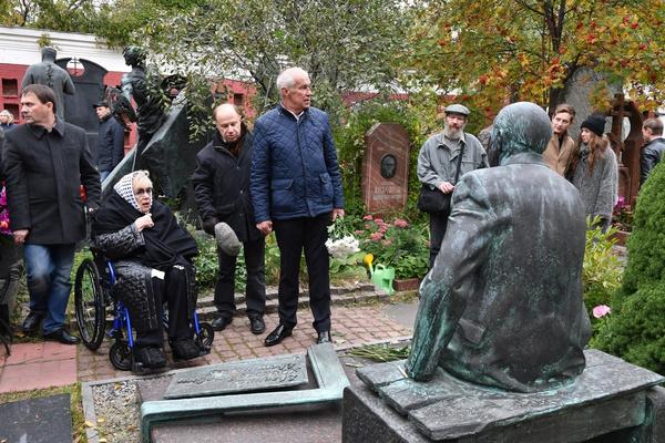 Галина Волчек у памятника на могиле Евгения Евстигнеева