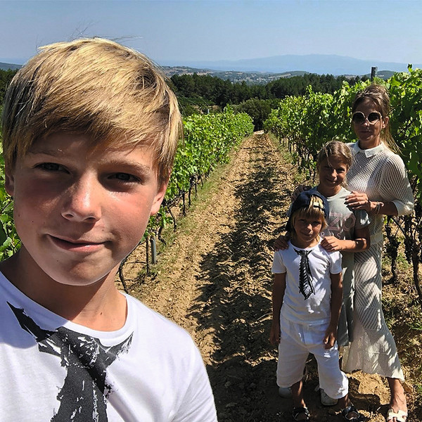 ...а в Халкидиках устроила экскурсию к виноградникам
