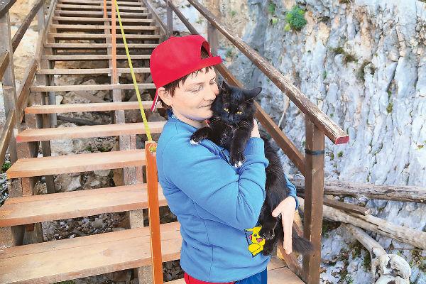 Оля Просвирякова с пещерной кошкой Донателлой