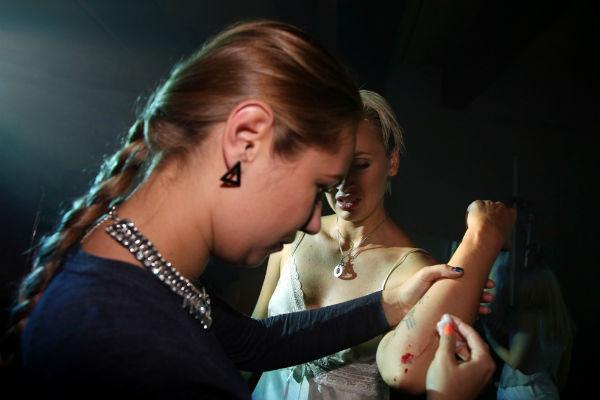 В процессе съемок певица серьезно повредила руку