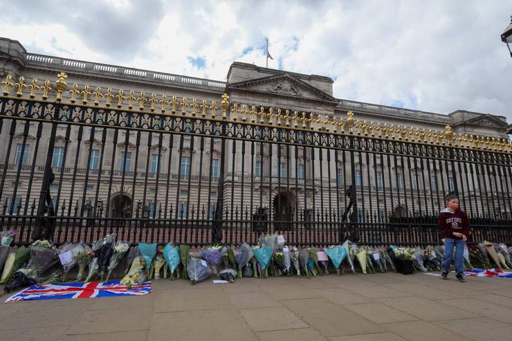 Неравнодушные приносят цветы к Букингемскому дворцу