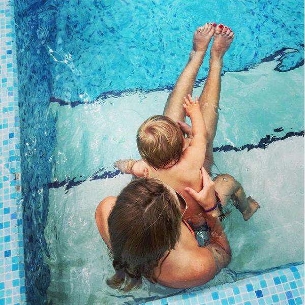 Дочери Татьяны Навки Александра и Надежда вместе проводят время в бассейне