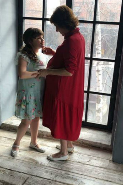 Старшая дочь поддержала известную маму во время фотосессии