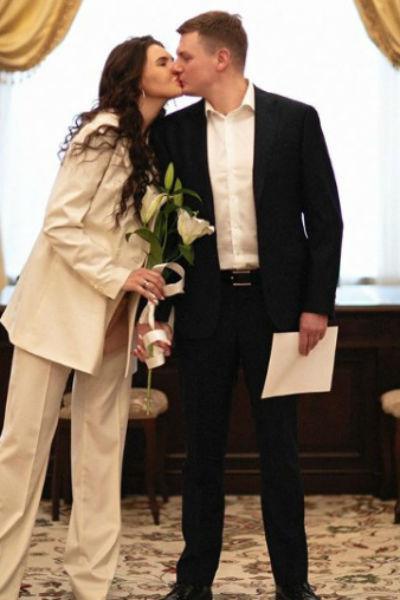 Элла и ее избранник долго планировали свадьбу, но в итоге им удалось только расписаться