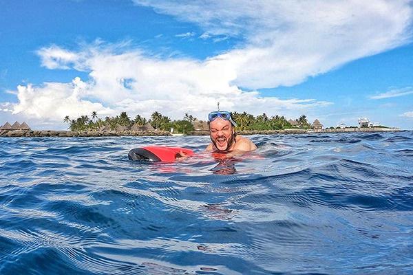 На Мальдивах певец занимался подводным плаванием
