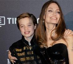 Снова операция? Дочь Анджелины Джоли передвигается на костылях