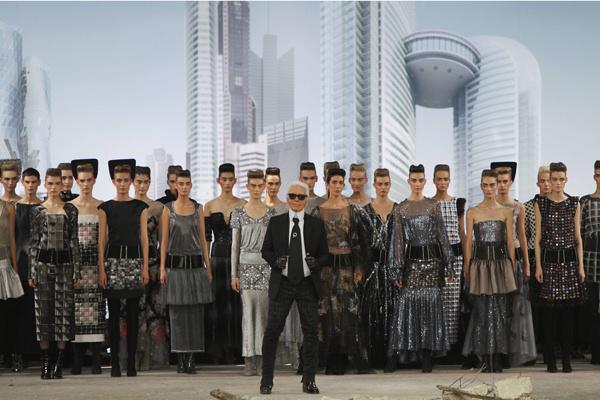 Карл Лагерфельд с моделями
