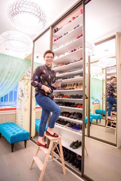 В гардеробной Брухуновой хранится 30 сумок, 24 пары сапог, 40 пар туфель, 24 пары балеток и кед, 6 шляп