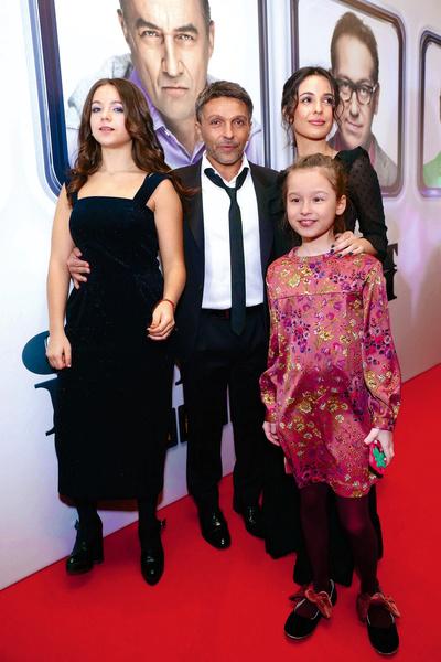 Актер со второй супругой Анной и дочерьми от первого брака — Лизой и Евой