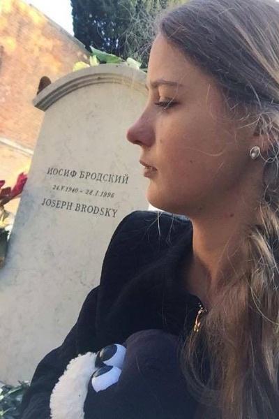 Наталья Шевель на могиле Иосифа Бродского на кладбище Сан Микель в Венеции