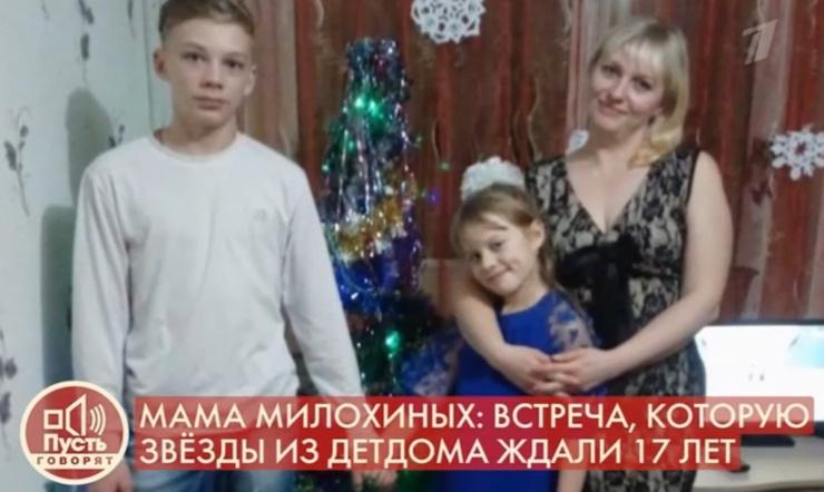 Младшие дети живут с любовью в маленькой деревне