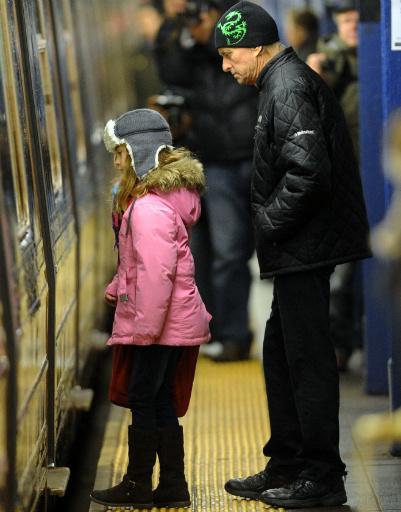 Майкл Дуглас отвозит дочку в школу на метро