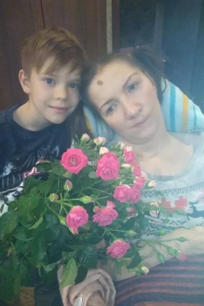 Кирилл помогает бабушке в уходе за мамой