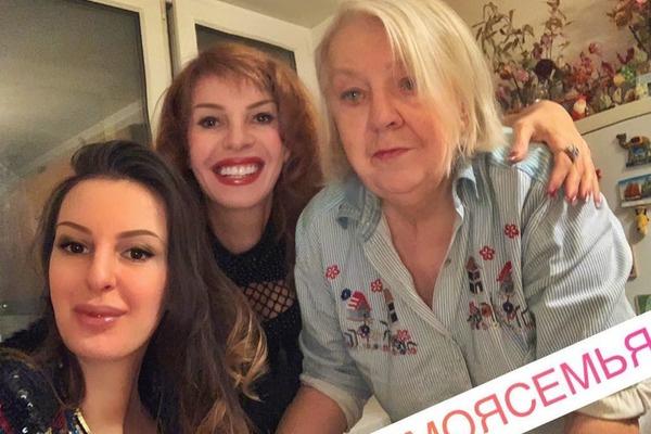 Артистка часто заезжает в гости к матери