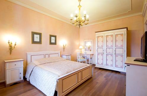 А в этом номере на «Вилле Елена» ($4000 в сутки) в Ялте пара жила в прошлом году