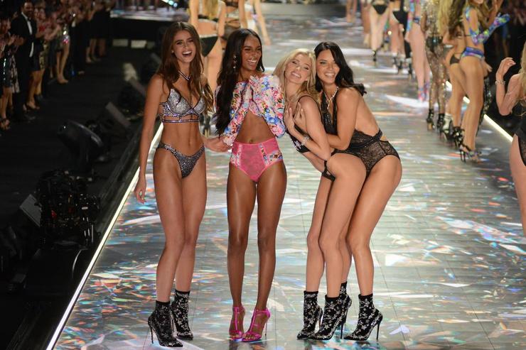 В этом году легендарное шоу Victoria's Secret так и не состоялось
