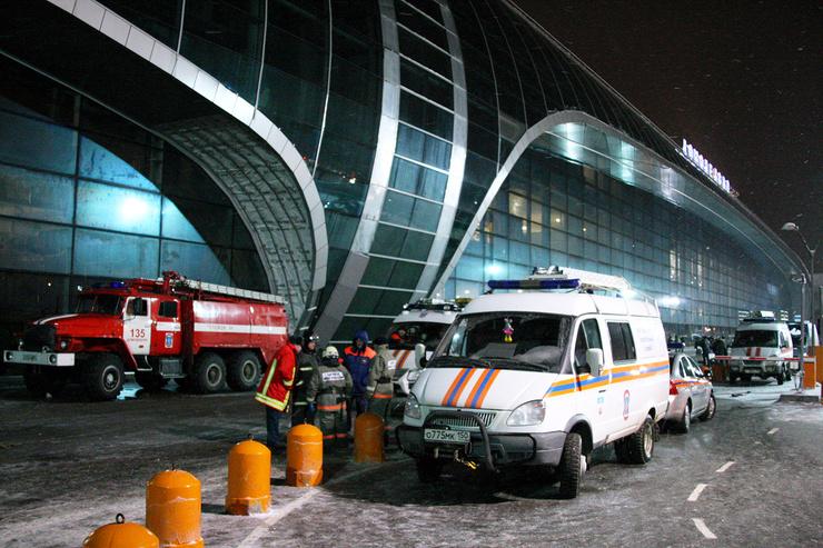 Перед приездом машин скорой помощи пассажиры сами вывозили пострадавших на багажных тележках.