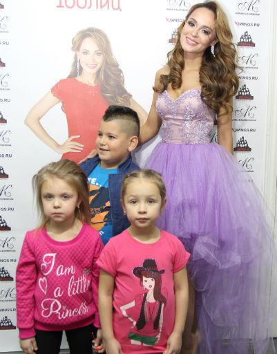 Анна Калашникова с маленькими гостями показа