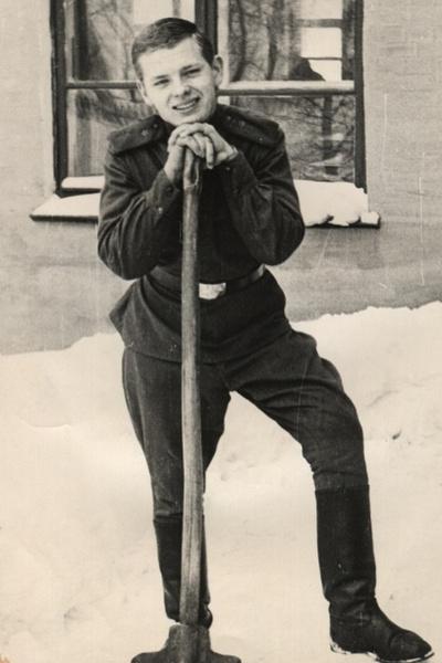 В армии Антонов участвовал в художественной самодеятельности