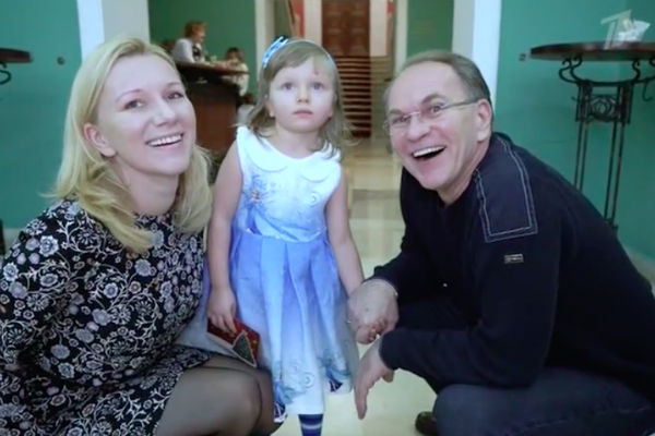 Алексей Гуськов с дочерью и внучкой