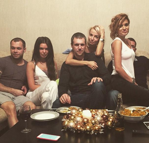 Ксения и ее новый возлюбленный проводят время с друзьями
