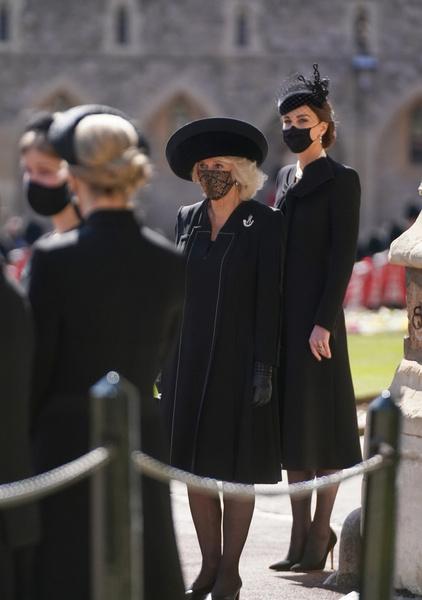 В платье-пальто и жемчугах из личной коллекции королевы: образ Кейт Миддлтон на похоронах принца Филиппа